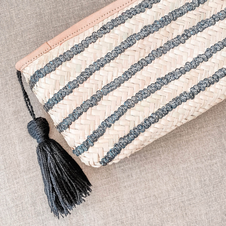 Pochette bohème - Pochette naturelle sequins pompon noirs en palmier tressé - Cénélia