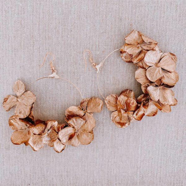 boucles Los Roques - boucle d'oreille en hortensia stabilisé doré - Cénélia Martinique