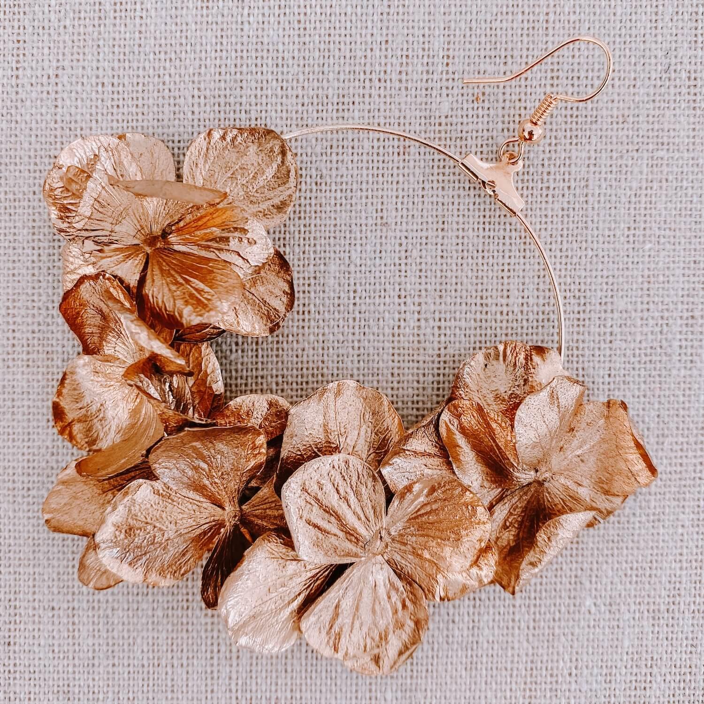 boucles Los Roques - boucles d'oreilles en hortensia stabilisé doré - Cénélia Martinique